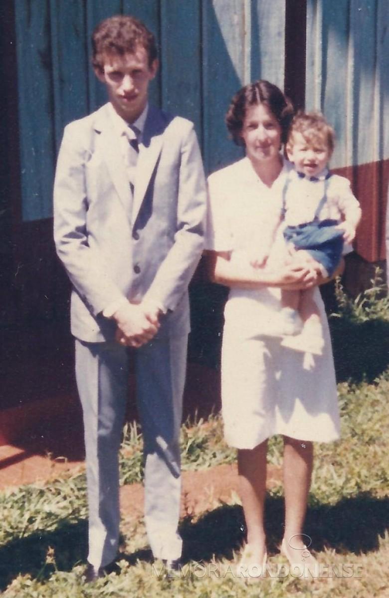 Casal Celso Weber e Maria Felder que se casaram em final de setembro de 1986, com o filho Marcelo. Imagem: Acervo do casal - FOTO 2 -