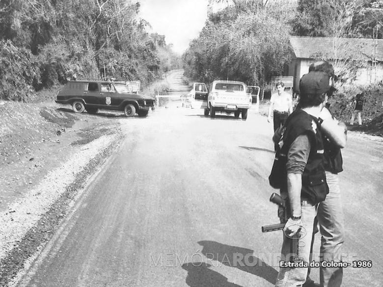 Forças policiais guarnecendo a Estrada do Colono, na entrada do Parque Iguaçu, após a decisão que determinou eu fechamento em setembro de 1986. Imagem: Acervo Revista Mosaicos (Foz do Iguaçu) - FOTO 8 -