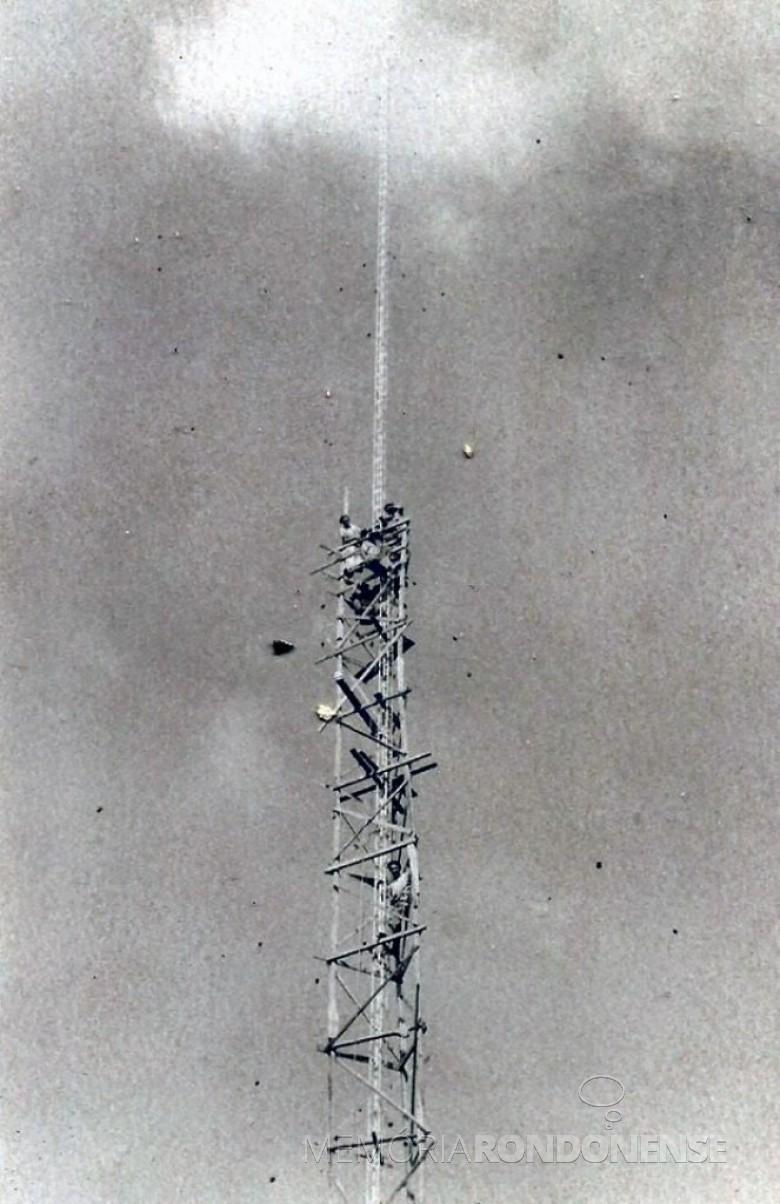 Construção da torre de transmissão da emissora pioneira da cidade de Toledo, a Rádio Colméia. No alto, funcionários instalando equipamentos.  Imagem: Acervo Adair Krolow (Verê - PR) - FOTO 3 -