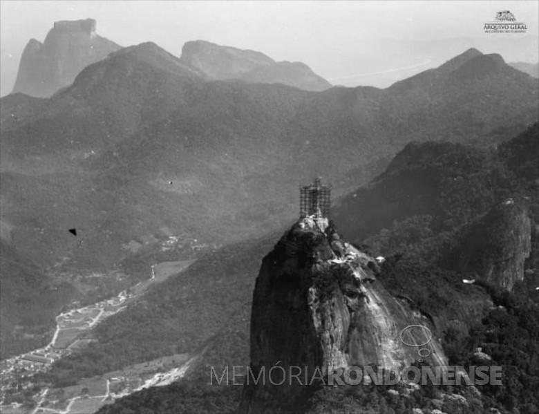 Montagem da estátua do Cristo Redentor, no Corcovado, na cidade do Rio de Janeiro. Imagem: Acervo Arquivo Geral da Cidade do Rio de Janeiro - Fonte: Brasiliana Fotográfica - FOTO 3 -