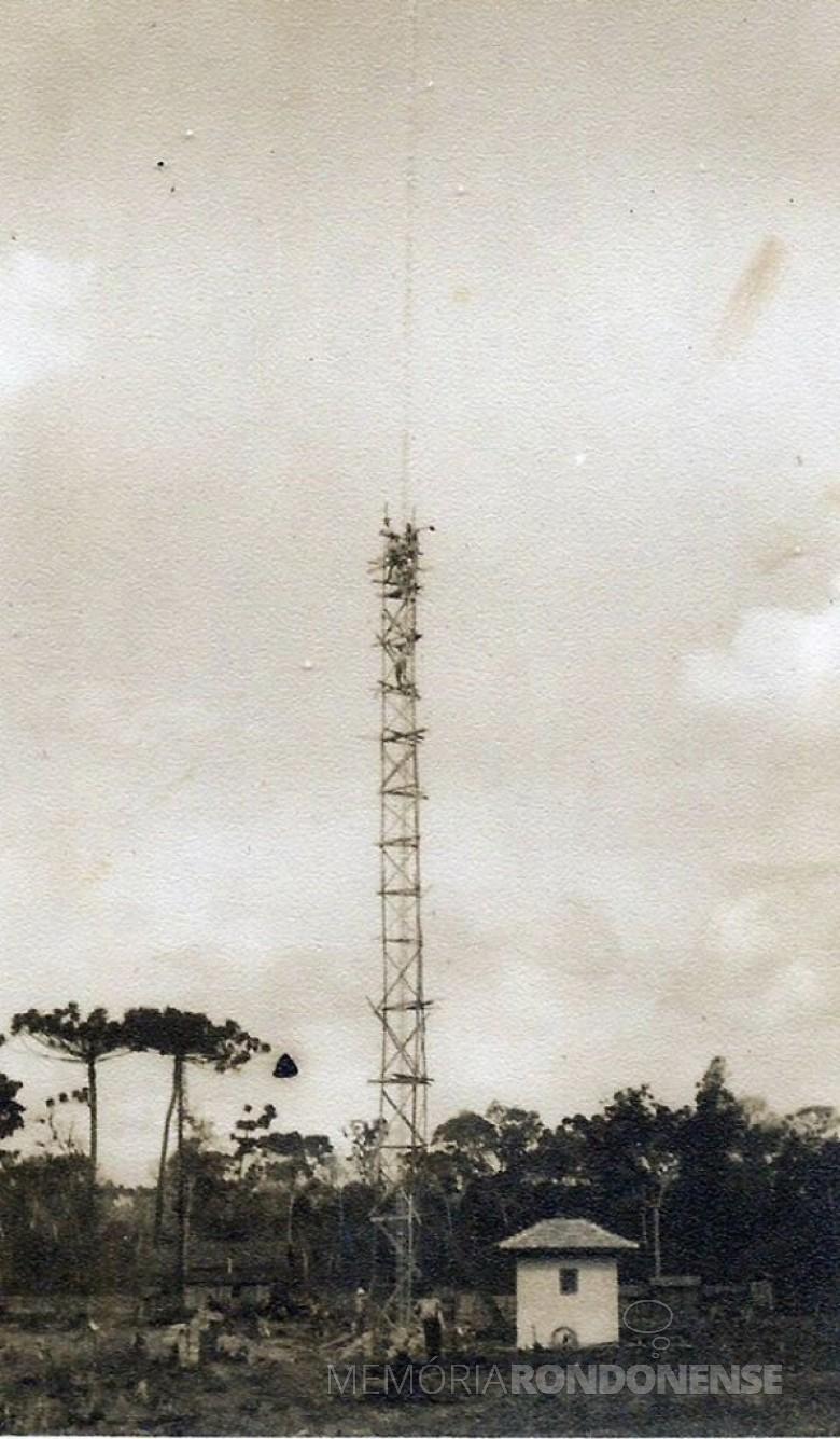 Antena de irradiação da Rádio Colméia, da cidade de Toledo, em construção. A mata que aparece na foto, é hoje a Rua General Estilac Leal. Imagem: Acervo Adair Krolow (Verê - PR) - FOTO 2 -