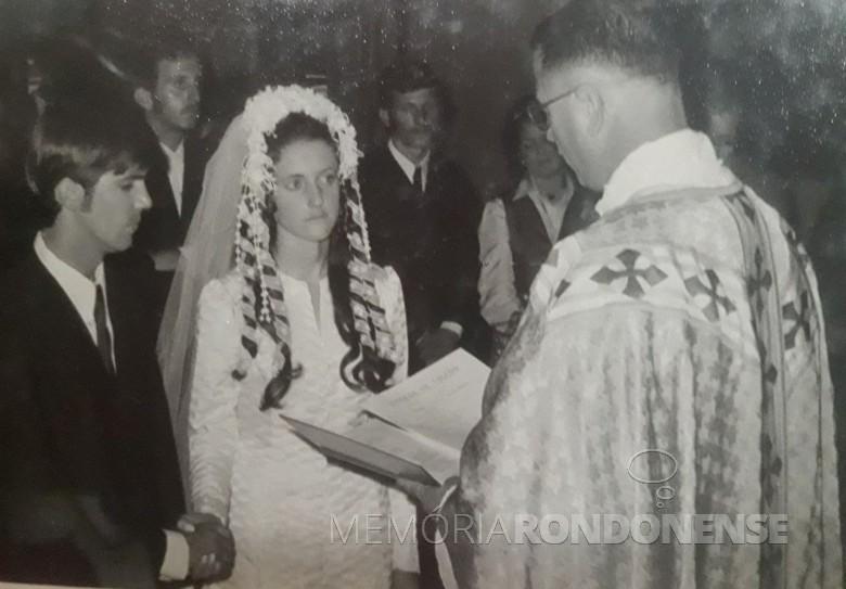 Celebração religiosa do matrimônio de Líbera Ledcu e Heitor Wazlawick, em final de outubro de 1971. Imagem: Acervo pessoal - FOTO 4 -