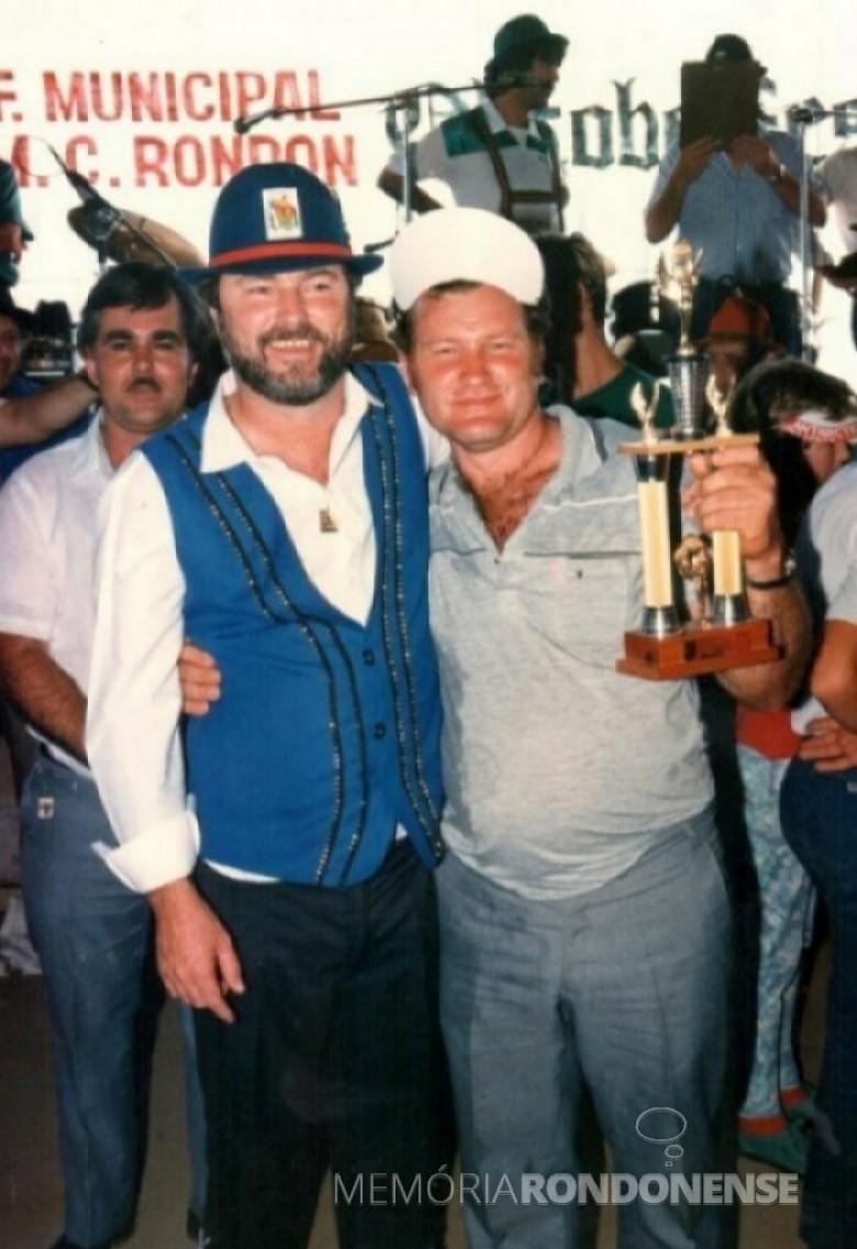Prefeito Municipal Ilmar Priesnitz, de chapéu preto, junto com o empresário Nelson Knaul, de Arroio Guaçu, agora no atual município de Mercedes, com o troféu conquistado num dos eventos da 1ª Oktoberfest.
