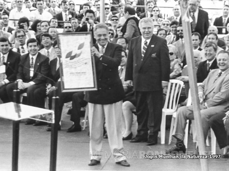 Fernando Henrique Cardoso homenageado na abertura dos Jogos Mundiais da Natureza, em Foz do Iguaçu, em final de setembro de 1997.  Imagem: Acervo Revista Mosaicos - Foz do Iguaçu - FOTO 3 -