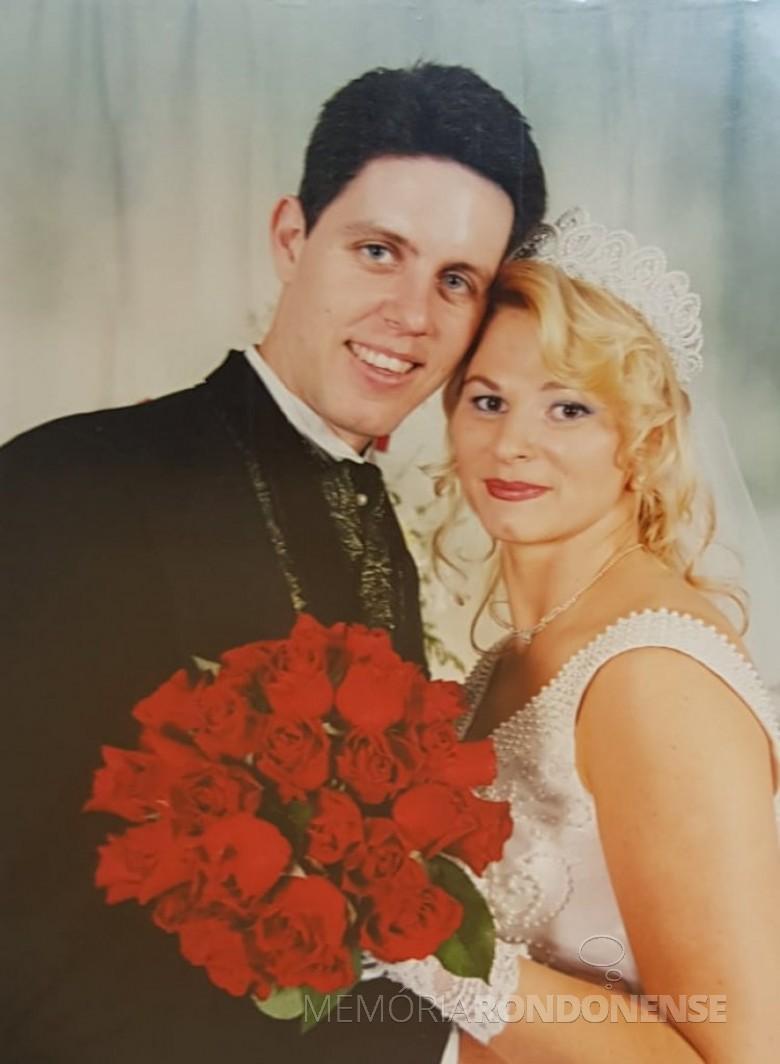 Noivos Juliano Andrioli e Marcia Rita Steinmacher que casaram em outubro de 2000.  Imagem: Acervo do casal - FOTO 13 -