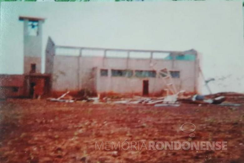 Capela Cristo-Rei, da sede distrital rondonense de Novo Três Passos, com telhado danificado (levado pelo vento), no temporal de julho de 1978.  Imagem: Acervo Dianete Maria Ragazzan/Walmor Welter - FOTO 5 -