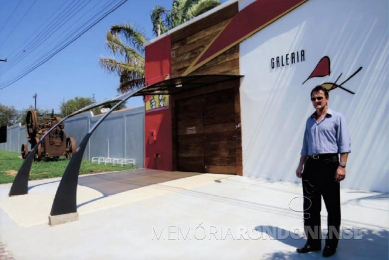 Artista rondonense Ataídes Kist em frente à sua sua galeria de Arte, na cidade de Marechal Cândido Rondon.  Imagem: Acervo Arquivo pessoal - FOTO 3 -