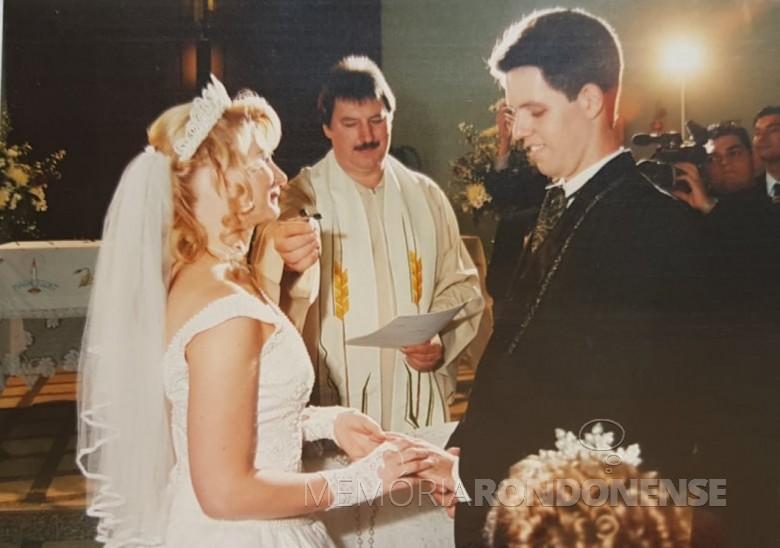 Outro instantâneo do matrimônio de Marcia Rita e Juliano, na Matriz Católica. Imagem: Acervo do casal - FOTO 15 -