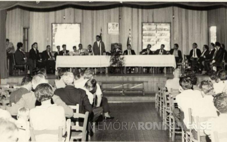 Sessão Especial da Câmara de Vereadores de Marechal Cândido Rondon para dar posse ao senhor Dealmo Selmiro Poersch como primeiro prefeito nomeado, de acordo com a Lei de Segurança Nacional.  Imagem: Acervo Projeto Memória Rondonense - FOTO 1 -