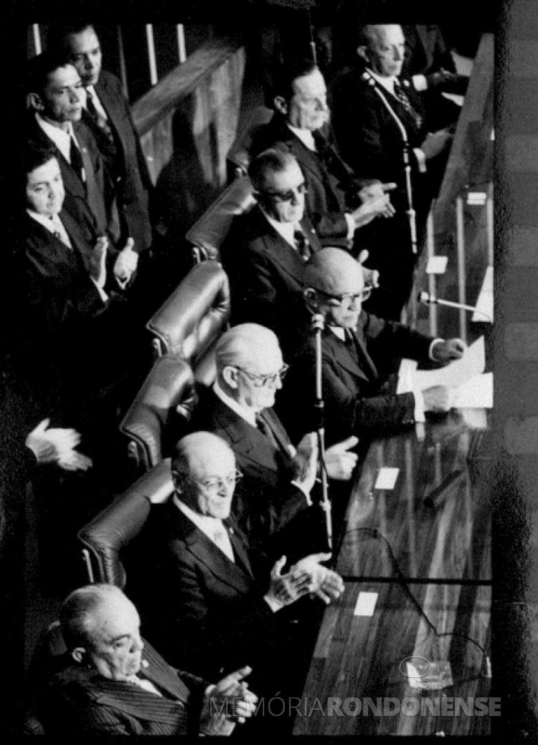 Posse de Ernesto Geisel ( 3º - dos sentados à direita) na Presidência da República, em sessão especial do Congresso Nacional.  Imagem: Acervo Agência doi Senado - FOTO 6 -
