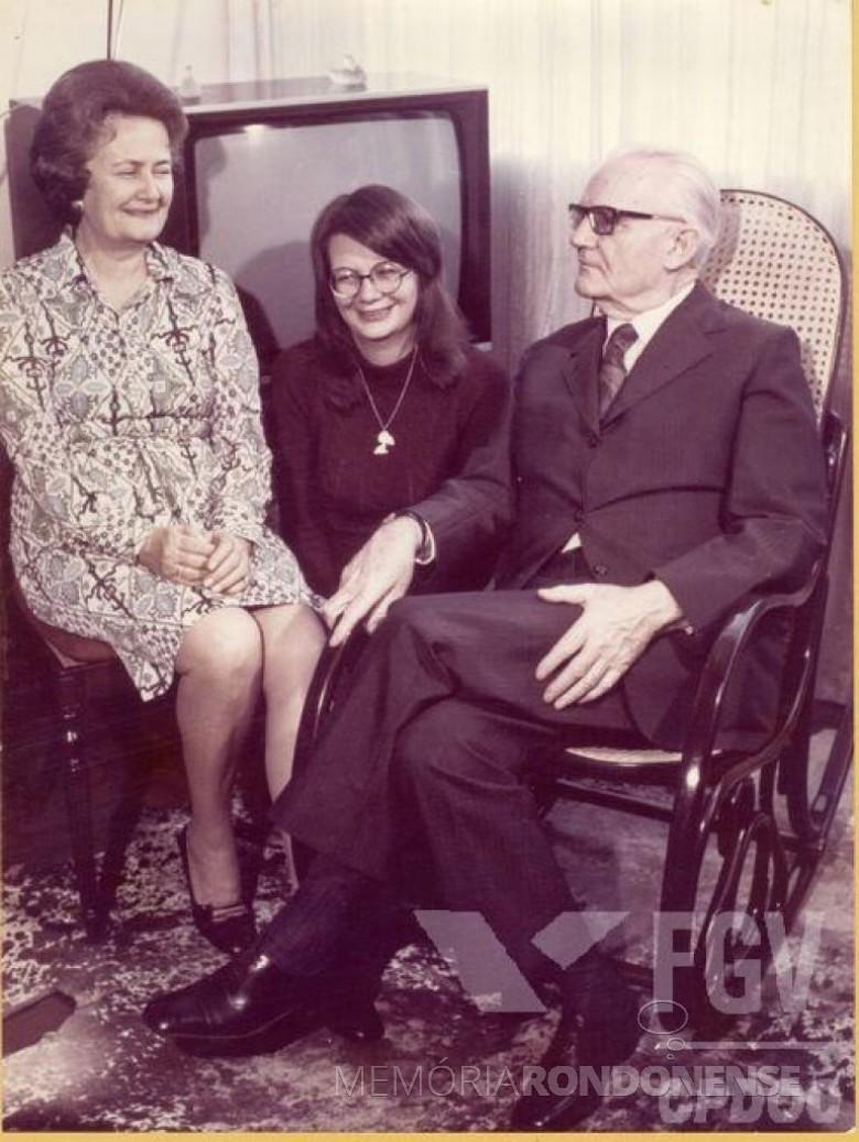 General Ernesto Geisel com a esposa Lucu (nascida Markus) e a filha Amália Lucy, após ter seu nome lançado oficialmente à Presidência da República.  Imagem: Acervo Fundação Getúlio Vargas - FOTO 6 -