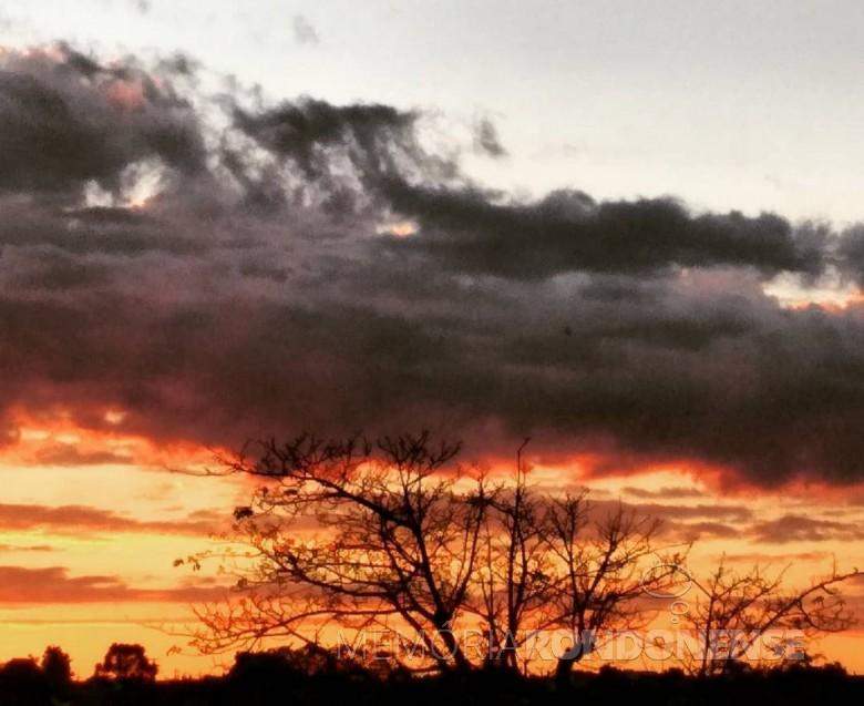 Final de tarde em Marechal Cândido Rondon, em 19 de novembro de 2020, com nebulosidade de tempo bom, em imagem clicada pela rondonense Gladis Loch*. * Esposa do repórter  Licoln Leduc. Imagem: Arquivo pessoal FOTO 19 -