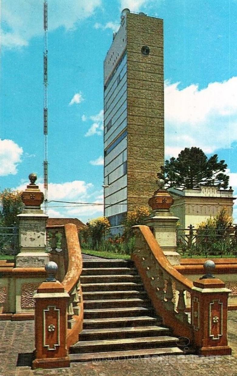 Edifício da Telepar que se destaca na paísagem de Curitiba. Imagem: Acervo br. pinterest - FOTO 7 -