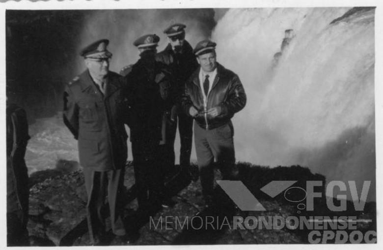 General Ernesto Geisel (e) em visita às Sete Quedas, em final de Maio de 1962. Imagem: Acervo Fundação Getúlio Vargas (Rio de Janeiro) - FOTO 2 -