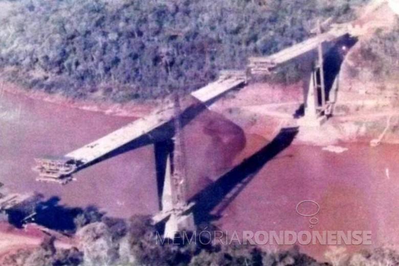 Construção da ponte sobre o Rio Iguaçu, na região das Três Fronteiras. Imagem: Acervo Foz do Iguaçu e Cataratas Memória e Fotos Atuais (Facebook) - FOTO 3 -