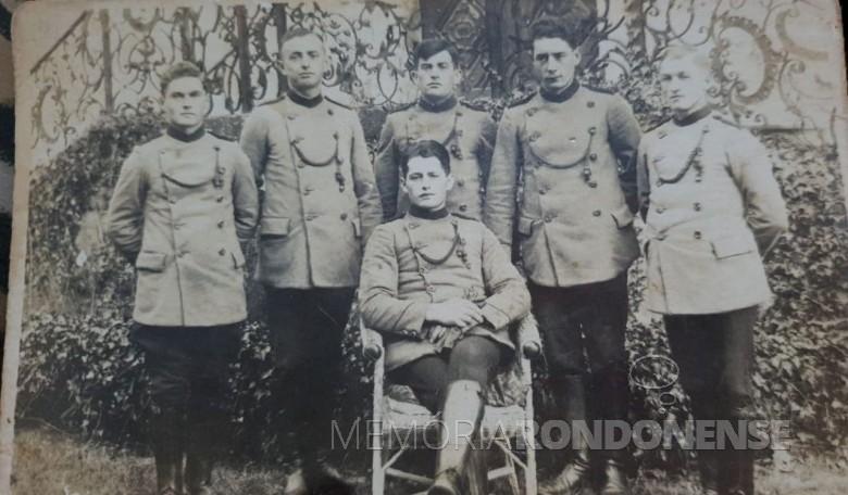 Nikolaus Rehm, 1º à direita, com colegas de serviço militar na Alemanha. Imagem: Acervo Júlio Rehm - FOTO 6 -