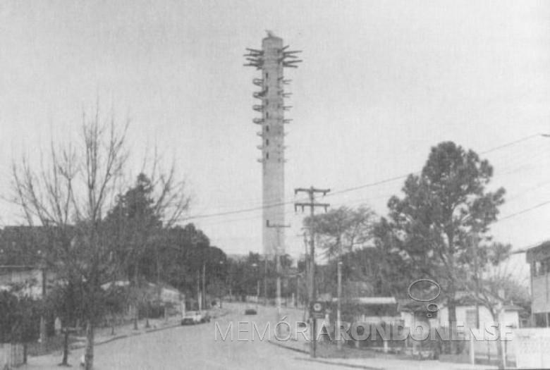 Construção da torre da Telepar na Capital Paranaense.  Imagem: Acervo br. pinterest - FOTO 6 -