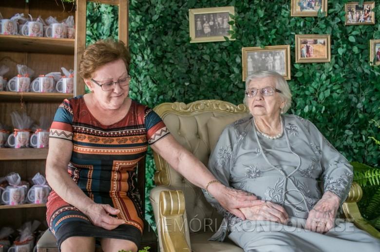 Pioneira rondonense Laura Lemke com a filha Neiva (esposa de Guido Strenske, na comemoração de seu centenário. Imagem: Acervo Arquivo Pessoal - FOTO 23 -