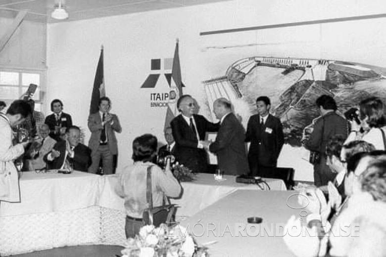 Final da runião que selou o Acordo Tripartite sobre o aproveitamento do potencial hidrelétrico do Rio Paraná.  Imagem: Acervo Itaipu Binacional - FOTO 4 -