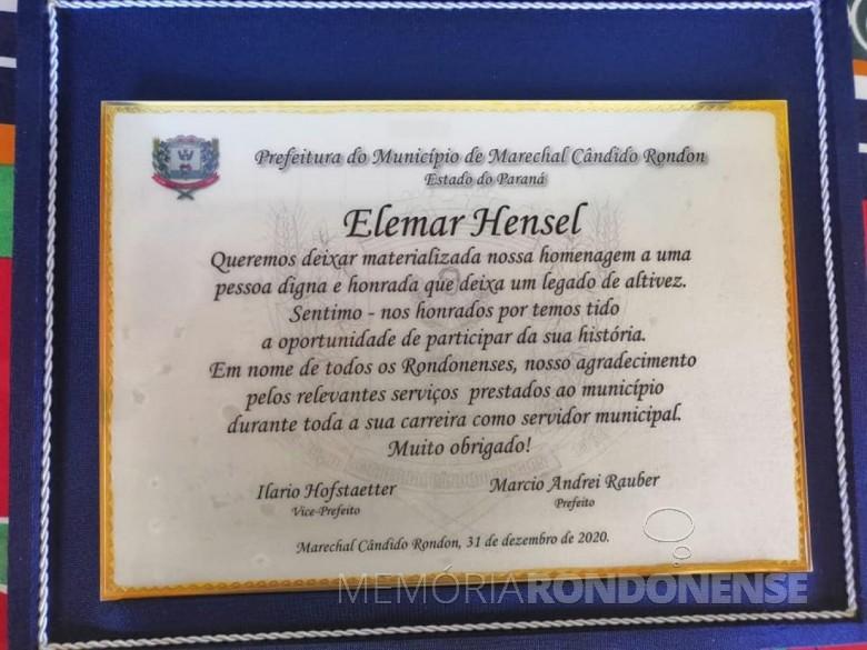 Placa de reconhecimento ao servidor público Elemar Hensel, ao se aposentar em ato realizado em 01.01.2021.  Imagem: Acervo Carlos Alexander Hensel - FOTO 47 -