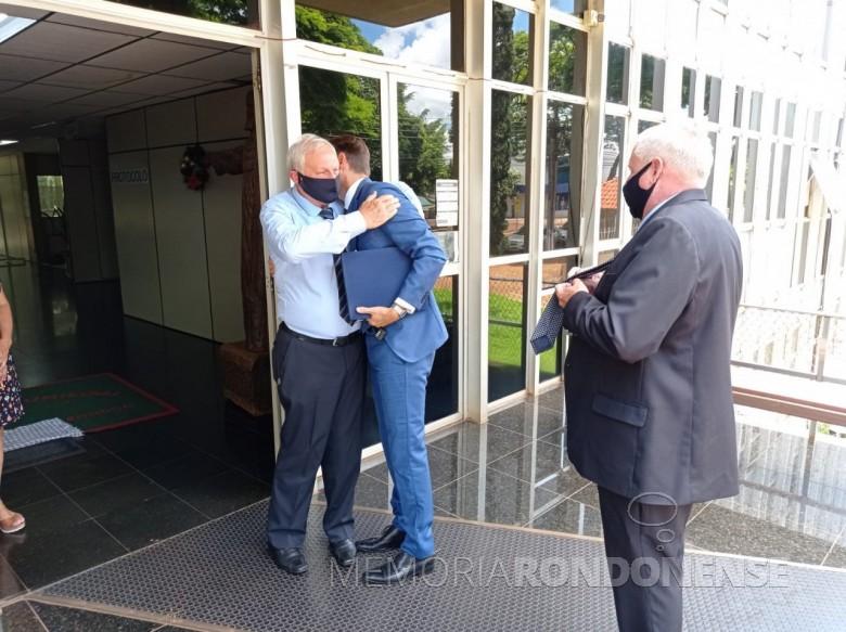 Elemar Hensel se despedindo do prefeito municipal Marcio Rauber e do vice-prefeito Ilário Hofstaetter, no entrada do Paço Municipal de Marechal Cândido Rondon. Imagem: Imprensa  PM - MCRondon - FOTO 45