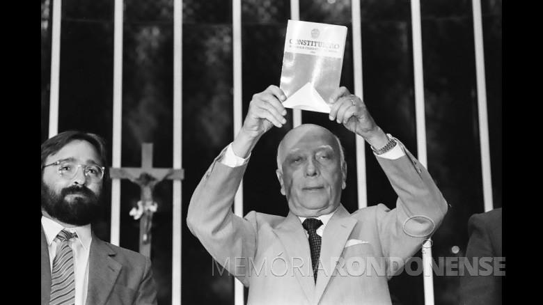 Deputado federal Ulisses Guimarães promulgando a Constituição de 1988.  Imagem: Acervo Câmara dos Deputados - FOTO 45-