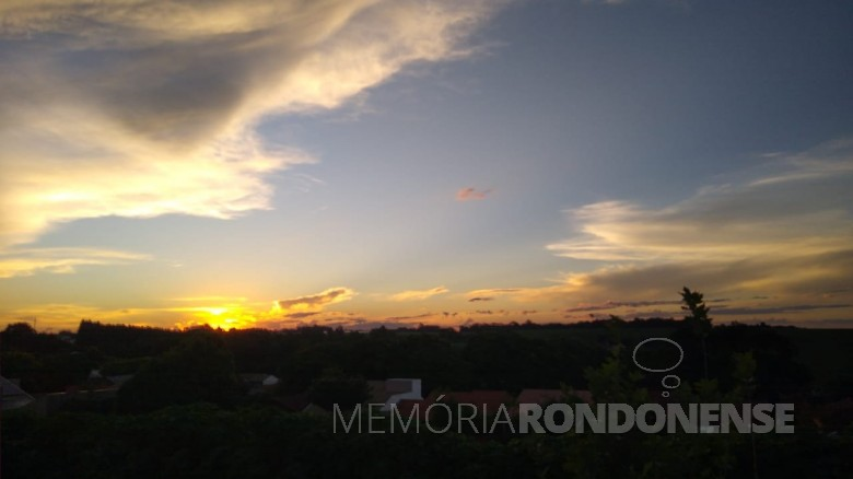 Arrebol na cidade de Marechal Cândido Rondon, em foto feita desde o Jardim Espigão, por Alexa Sandro Viteck. Imagem: Acervo Projeto Memória Rondonense - FOTO 13 -