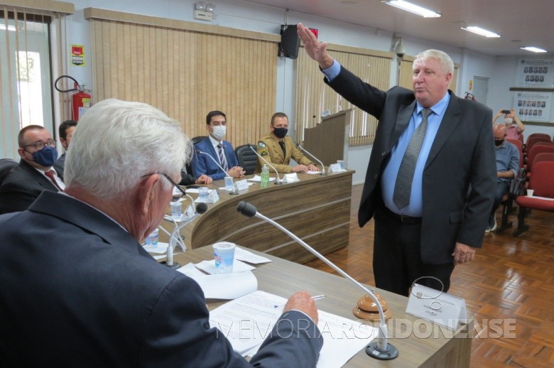 Ilário Hofstaetter (Ila) presta juramento e toma posse como 11º vice prefeito de Marechal Cândido Rondon.  Imagem: Acervo  Imprensa CM-MCR - FOTO 50 --