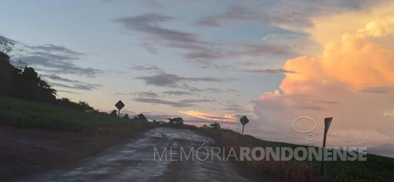 Nebulosidade ao final da tarde, em foto a partir de um ponto no interior do município de Mercedes. As nuvens se localizam oa norte (municípios de Guaíra, Terra Roxa e Palotina). Imagem: Acervo e crédito de Marli Fiedler - Mercedes - FOTO 12 -