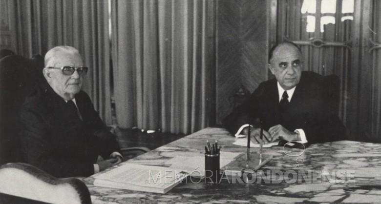 Ministro Armando Falcão (d) em despacho com o Presidente Geisel. Imagem: Acervo G1 Globo - FOTO 2 -