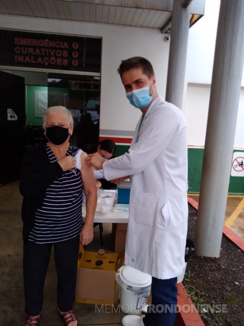 A pioneira rondonense Olinda Camila (nascida Wolfart) Witeck , com 91 anos, recebendo a 1ª dose da vacina contra a COVID 19.  Imagem: Acervo pessoal - FOTO 9 -