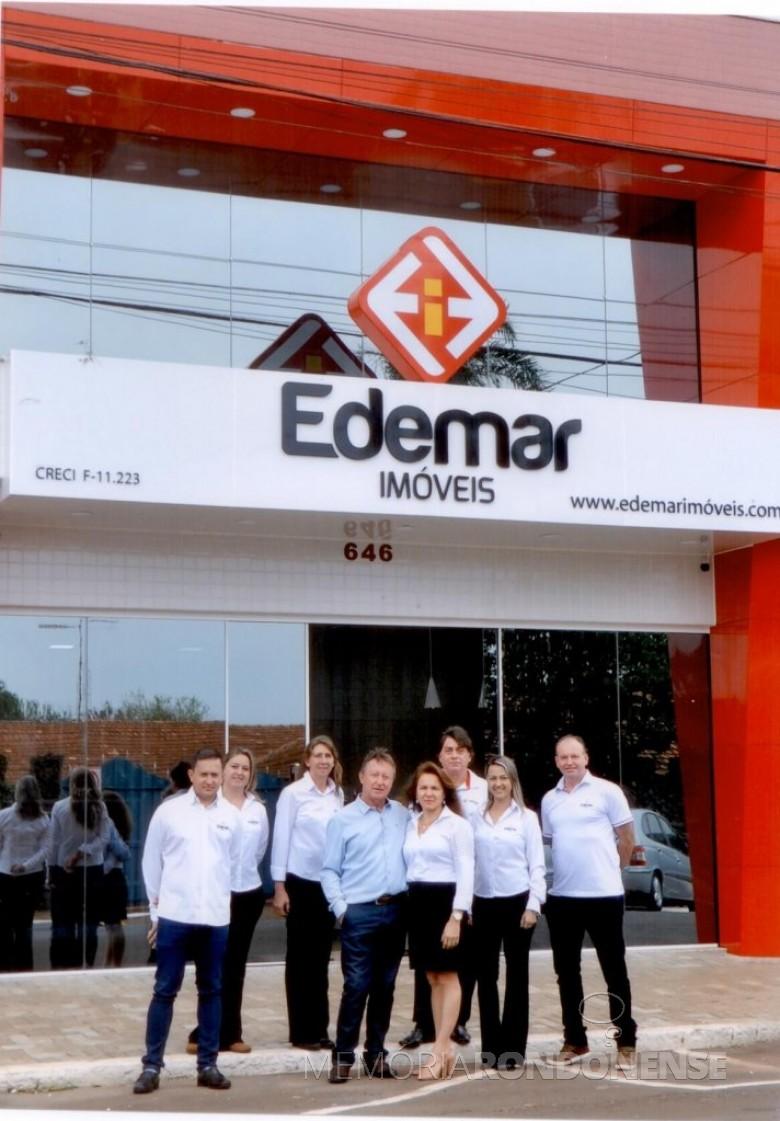 Casal Marize Regina Cota e Edemar Wollstein com colaboradores em frente à nova sede da Empresa, no Edifício Passeti, em Marechal Cândido Rondon. Imagem: Acervo da empresa - FOTO 2 -