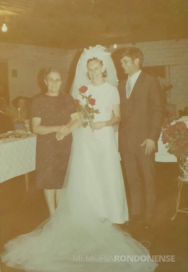 Noivos Helena Koniecziniak e Heitor Danilo Brenner que casaram-se em fevereiro de 1971, na companhia da avó da noiva, senhora Helena Schmitz, proprietária do memorável