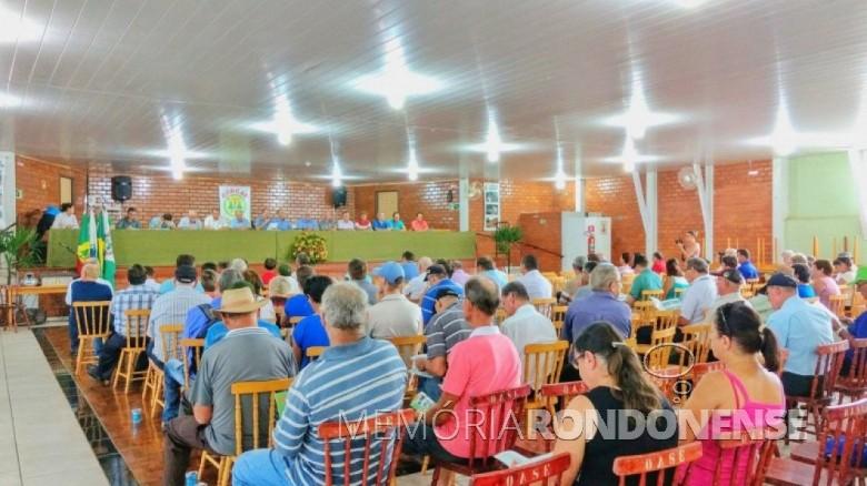 Momento em que o diretor-secretário da Cercar, Ilmar Priesnitz, procedia a leitura da Relatório do exercício de 2016, durante a Assembleia Geral Ordinária 2017. Imagem: Acervo Memória Rondonense - Crédito: Tioni de Oliveira - FOTO 11 -
