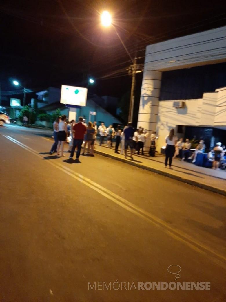 Católicos concentrados em frente ao Hospital Marechal Rondon, na cidade de Marechal Cândido Rondon, para evento de oração pela recuperação das pessoas acometidas pela COVID 19, em março de 2021. Imagem: Acervo Rádio Difusora do Paraná - FOTO 15 -
