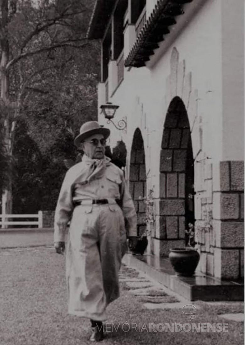 Presidente Getúlio Vargas, em traje paramilitar, rotagonista do Projeto de Nacionalização no Brasil.~Imagem: Acervo Fundação Getúlio Vargas - FOTO 3 -