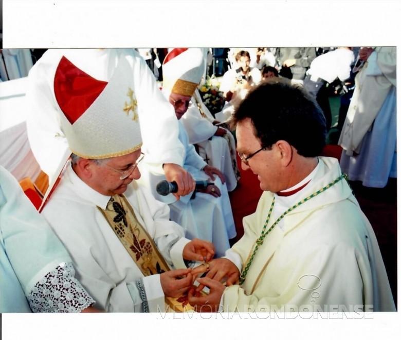D. Anuar Battisti recebendo o anel episcopal do cardeal Geraldo Majella Agnelo. Imagem: Acervo Mitra Diocesana de Toledo - FOTO 10 -