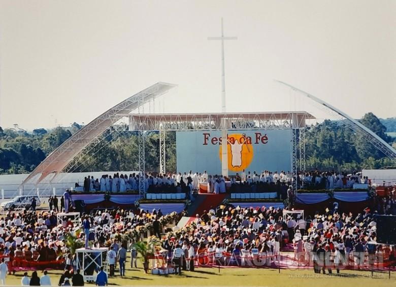 Altar no Estádio Municipal de Toledo para a Festa da Fé. Imagem: Acervo Revista Cristo-Rei - FOTO 56