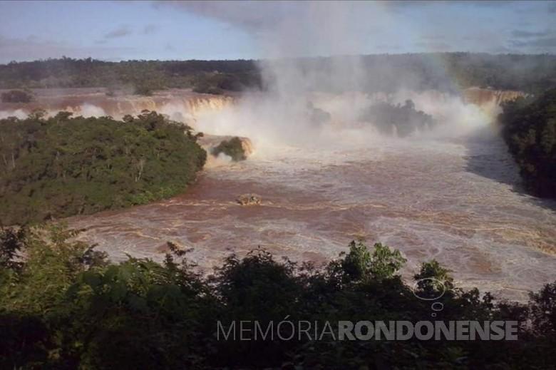 Volume de água nas Cataratas do Iguaçu, em 09 de junho de 2014. Imagem: Acervo Jorge L. Dorneles, Guia de Turismo - Foz do Iguaçu - FOTO 3 -