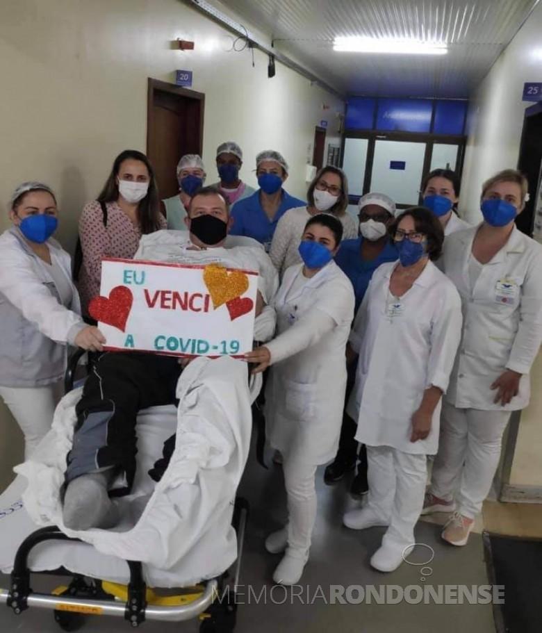 Jornalista Jadir Zimmermann deixando o hospital em Marechal Cândido Rondon, na companhia da esposa Beatriz e do corpo de enefermagem, em julho de 2021. Imagem: Acervo O Presente - FOTO 21  -
