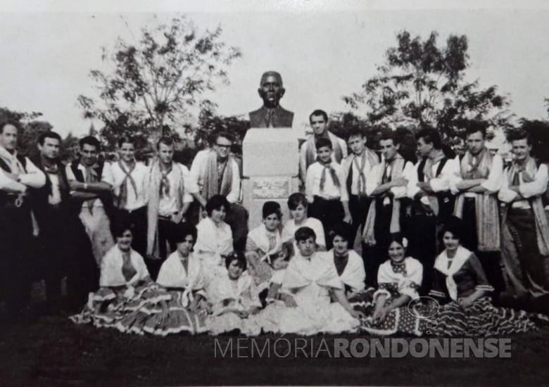 CTG Três Fronteiras,  da cidade de Toledo, que se apresentou na inauguraçao da Praça Willy Barth, em Marechal Cândido Rondon, em julho de 1964. Imagem: Acervo Lúcia Miriam Mazzaferro - Camboriú (SC) - FOTO 7 -