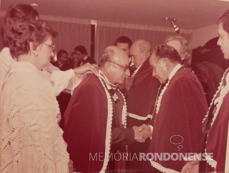 Rondonense Elias Ítalo Herrmann sendo cumprimentado ao receber a insígnia de comendador, na cidade de Curitiba. Imagem: Acervo Mirian Beatriz Herrmann - FOTO 8 -