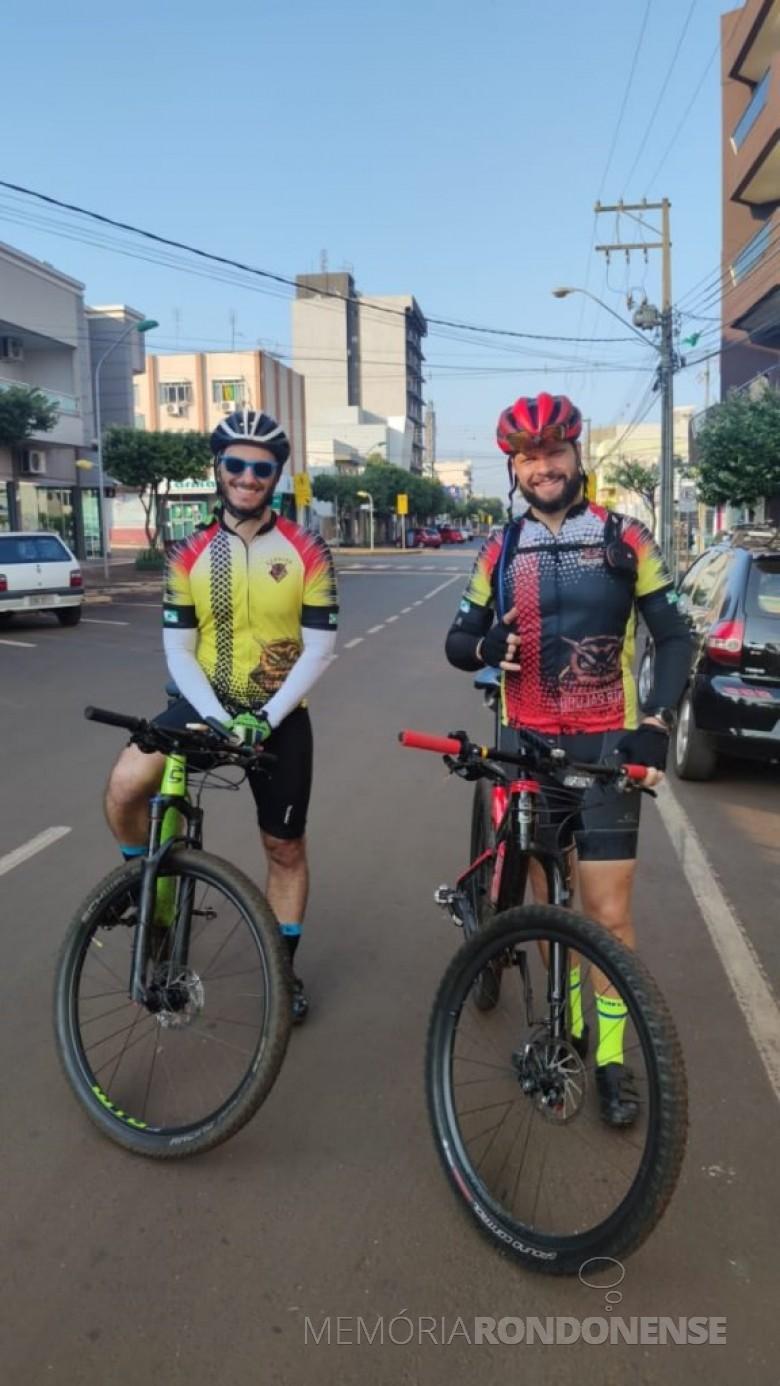 Ciclistas Cristiano Marlon Viteck e Rubens Reichert, o último morador na cidade de Chapecó e integrou o grupo Corujas Bikers como fotógrafo do Pedal Solidário. Imagem: Acervo pessoal - FOTO 13 -