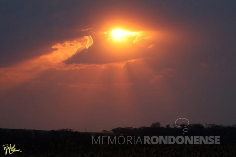 Por do sol no município de Marechal Cândido Rondon em 04 de setembro de 2021. Foto feita desde a Linha Arara pelo fotógrafo rondonense Rafael Orlando Sturm - FOTO 21 -