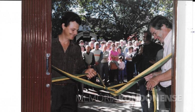 Ari Hansen e o prefeito Dieter Leonard Seyboth, de Marechal Cândido Rondon,  procedendo o destamento da fita da inauguração da sede própria da APS-MCR, em setembro de 1989.  Imagem: Acervo da entidade classista - FOTO 2 -