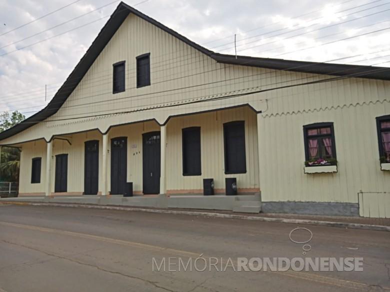 Sede da Sociedade Aliança, de Ipira (SC), da qula foram sócios muitos pioneiros do Oeste do Paraná. Imagem: Acervo Casas Brasileiras/Facebook - FOTO 2 -