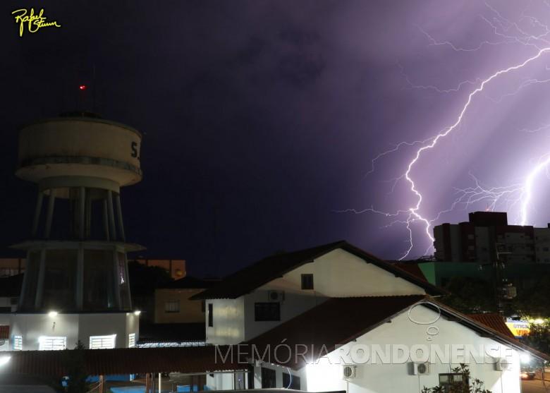 Outro instantâneo de queda de raios   sobre a cidade de Marechal Cândido Rondon, no começo da noite de 10 de setembro de 2021. Imagem: Acervo e crédieto de Rafael Sturm - FOTO 11 -
