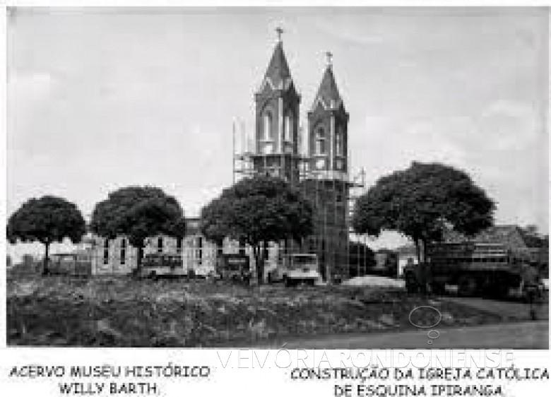 Igreja de Vila Ipiranga (Toledo), em construção, obra iniciada em setembro de 1964. Imagem: Acervo Museu Histórico Willy Barth (Toledo - PR) - FOTO 3 -