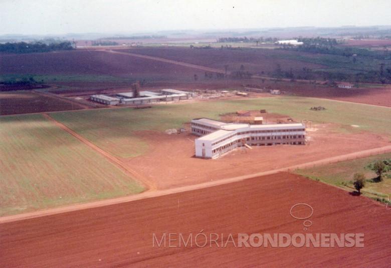 Seminário Maria, Mãe da Igreja, na cidade de Toledo, inaugurado em setembro de  1976 . Ao fundo, o Colégio Estadual Presidente Castelo Branco. Imagem: Acervo Revista Cristo Rei - FOTO 6 -