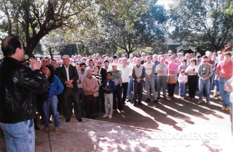 Público presente na inauguração da sede da Associação de Suinocultores de Marechal Cândido Rondon, em setembro de 1989.  Em primeiro plano, à esquerda, o comunicador Dirceu da Cruz Vianna, mestre de cerimônias do evento. Imagem: Acervo APS-MCR - FOTO 4 -